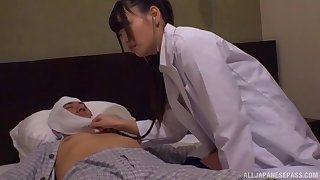 Seductive doctor drops her clothes to shrink from fucked by a patient